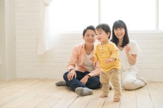 1歳の子どもを見守る両親